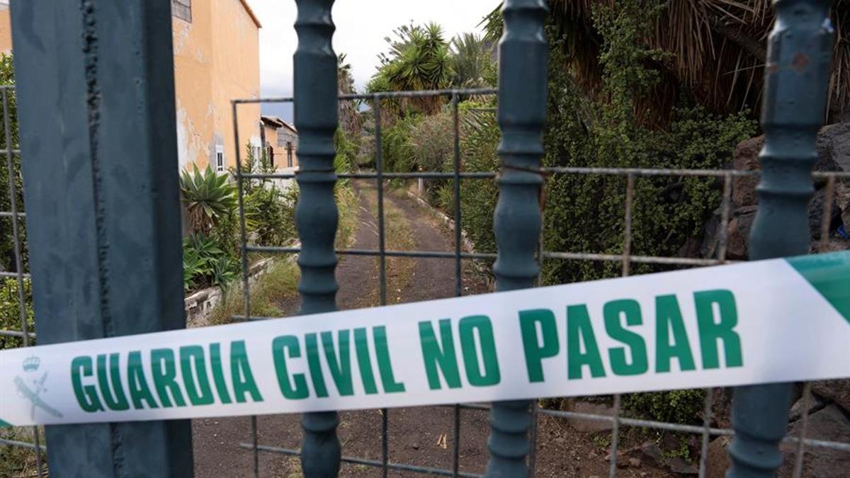 La Guardia Civil registra la vivienda y una finca en Candelaria (Tenerife) de Tomás Antonio G.C., desaparecido este martes al igual que sus dos hijas. EFE/Miguel Barreto