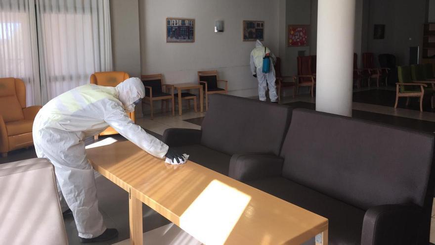 La saturación de los hospitales reduce al mínimo los traslados de enfermos graves desde residencias de ancianos