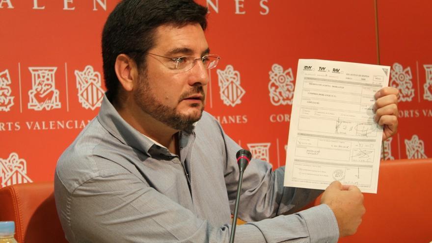 El diputado autonómico de Esquerra Unida Ignacio Blanco muestra el documento de RTVV
