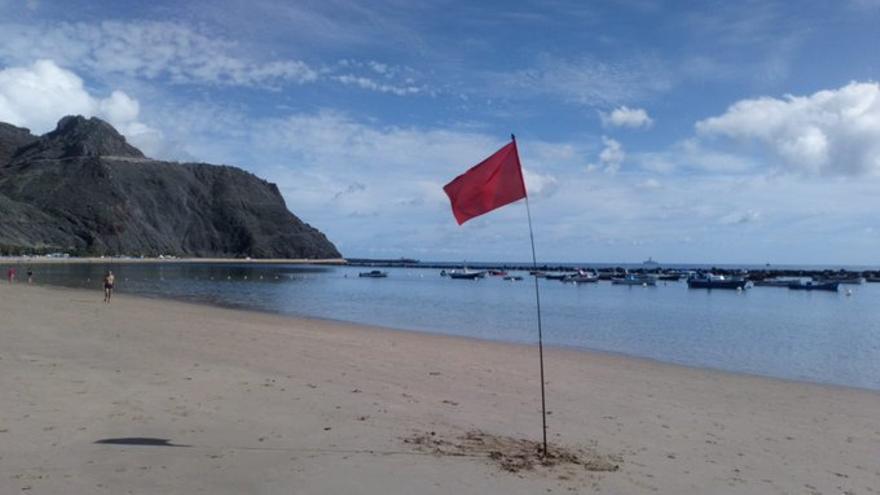 Bandera roja en Las Teresitas por un vertido de fuel