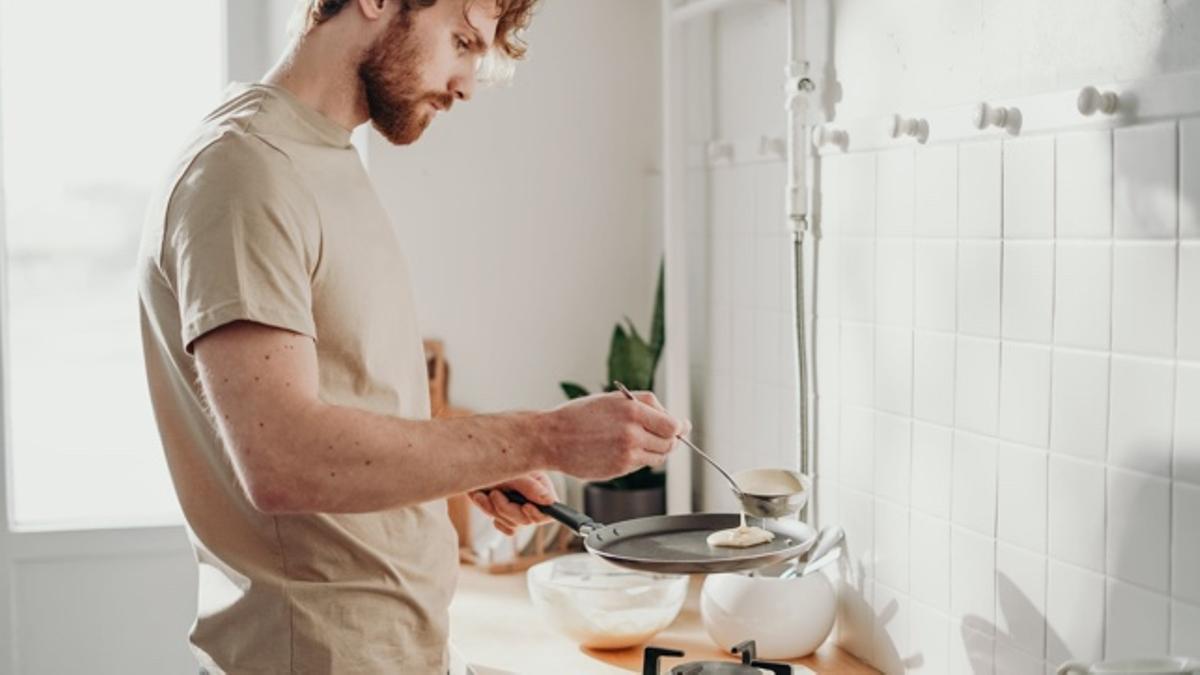 Hombre cocinando