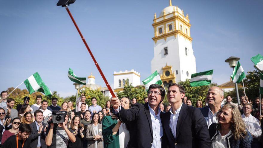 El candidato de Cs en Andalucía, Juan Marín, se hace un selfie con Albert Rivera en un mitin en Sevilla.