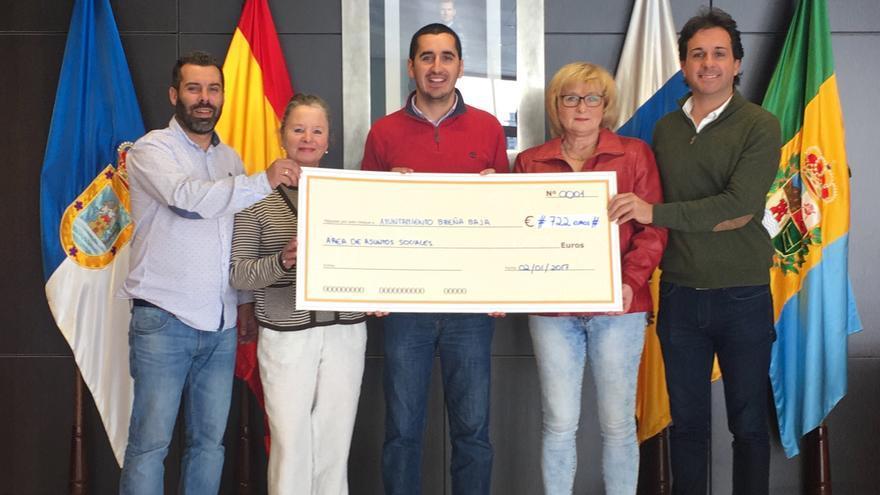 En la imagen, acto de entrega del talón por importe de 722 euros.