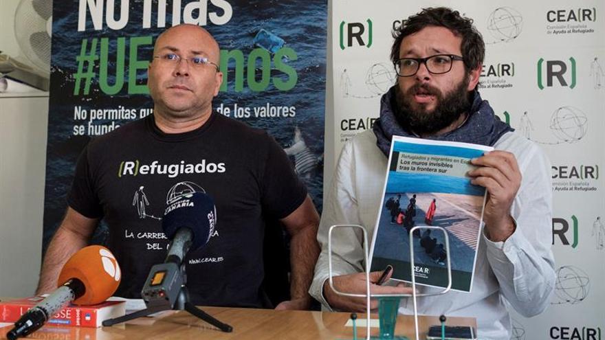 El coordinador de CEAR en Canarias, Juan Carlos Lorenzo de Armas (i), y el periodista y técnico de Incidencias y Participación Social de esta organización, Txema Santana (d)