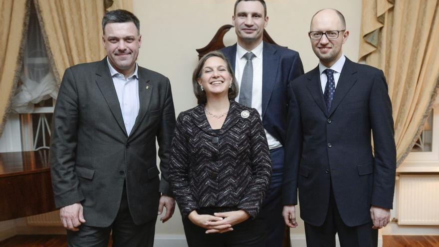 La secretaria de Estado estadounidense adjunta de asuntos europeos, Victoria Nuland, con los tres líderes de la oposición (de dcha a izq): Yatseniuk, Klitsko y Tiagnibok
