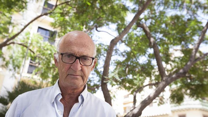 """El arquitecto Carlos A. Schwartz, durante una entrevista con Efe en la que ha pedido rebelarse contra """"la aberración"""" de la pérdida de árboles en Santa Cruz de Tenerife."""