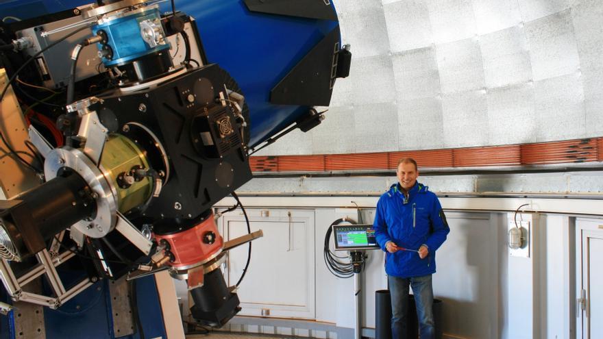 El ingeniero palmero Jesús Pérez Padilla en el telescopio Mercator.