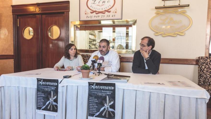 El chef, Mario de Lucas (en el centro), junto a su hermana Cristina, y el presidente de la Fundación Nipace, Ramón Rebollo