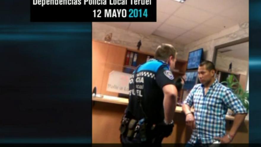 Captura del vídeo difundido en exclusiva por El Intermedio de La Sexta en el que un agente de la policía local amenaza a un inmigrantes.
