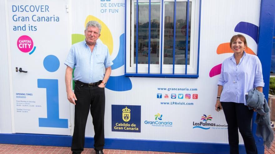 El concejal de Turismo de Las Palmas de Gran Canaria, Pedro Quevedo, y la consejera del área del Cabildo, Inés Jiménez, en el nuevo punto de información turística ubicado en el Muelle Deportivo para prestar servicio a los navegantes de las regatas a vela ARC y ARC Plus.