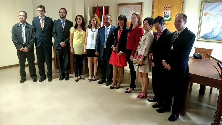 En la imagen, la nueva alcaldesa de Tijarafe, Jenny García (PSOE), con los nuevos miembros de la Corporación.