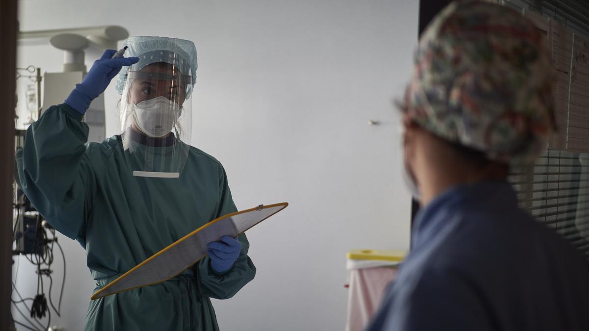 Una empleada sanitaria protegida trabaja en las instalaciones pertenecientes a la UCI de la Clínica Universidad de Navarra, en Pamplona, Navarra, (España), a 10 de noviembre de 2020