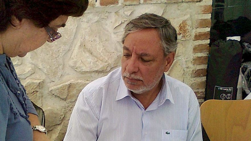 El exalcalde Julio Setién (IU) cuando inició su huelga de hambre culpando a Caja Madrid del embargo