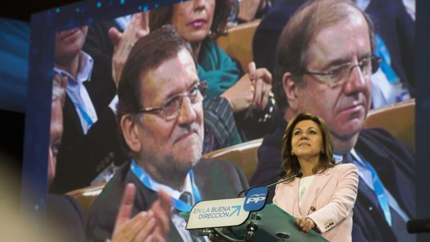 Escena del discurso de Cospedal en la que Javier Arenas ocupa el asiento de la secretaria general.