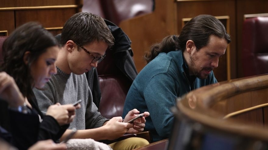 Montero, Errejón e Iglesias, enfrascados en sus móviles en el pleno del Congreso.