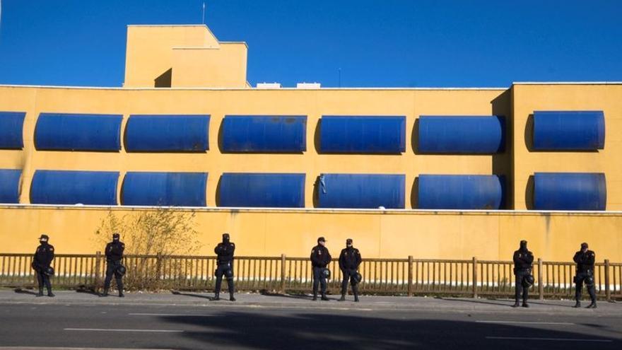 Policías en el Centro de Internamiento de Aluche, Madrid.