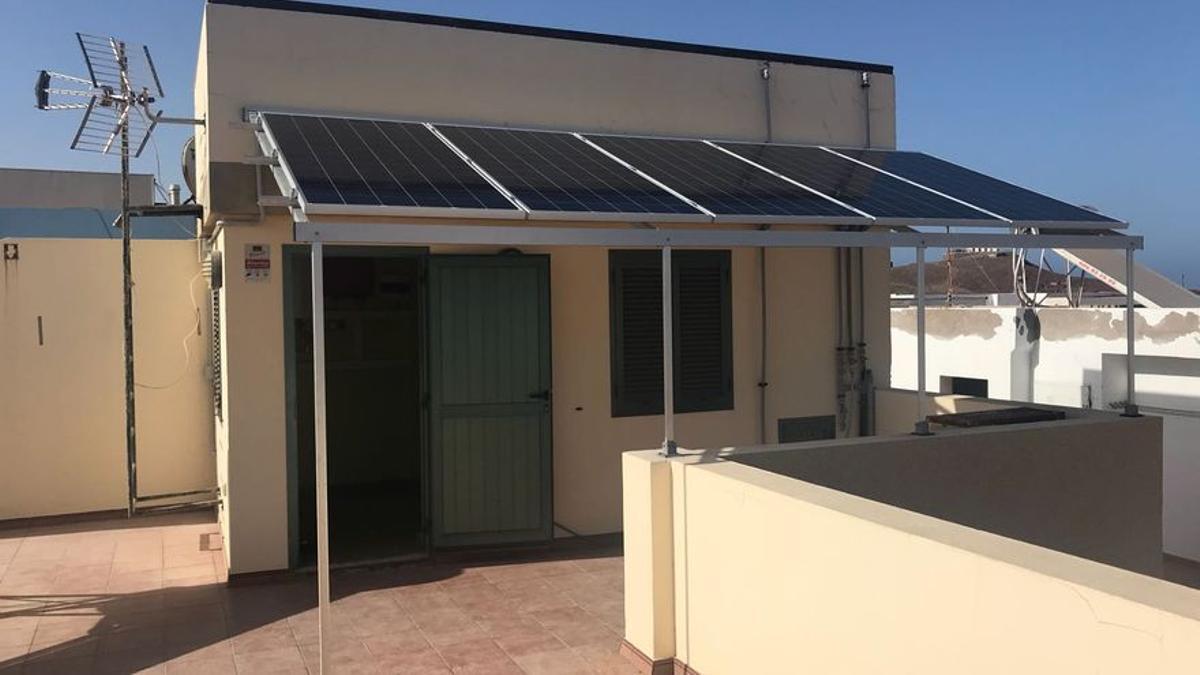 Imagen de archivo de panel fotovoltaico instalado en Canarias.