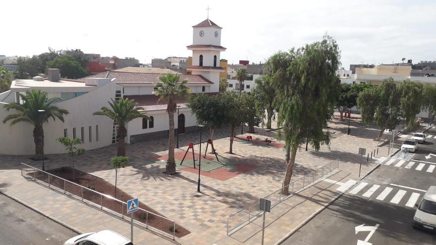 La recién renovada plaza de la iglesia en El Fraile