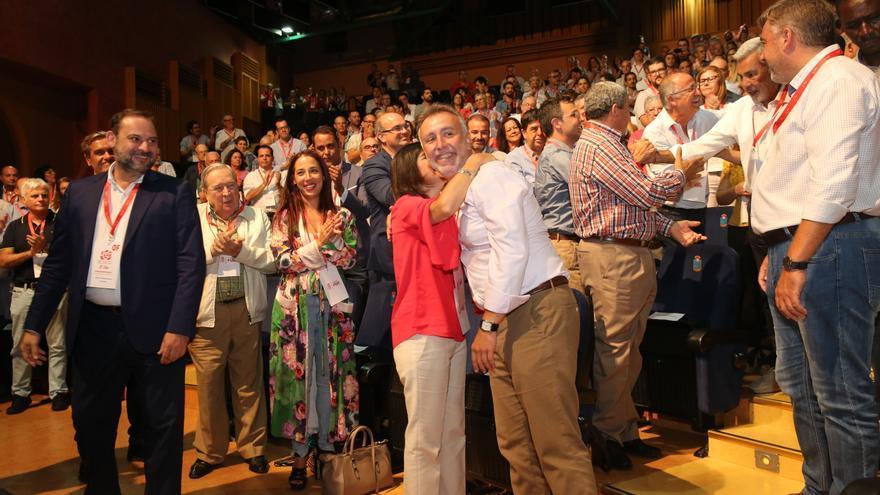 Carolina Darias, presidenta del Parlamento de Canarias, abraza a Ángel Víctor Torres ante la presencia de José Luis Ábalos y, en segundo plano, los aplausos de Patricia Hernández y Juan Fernado López Aguilar.