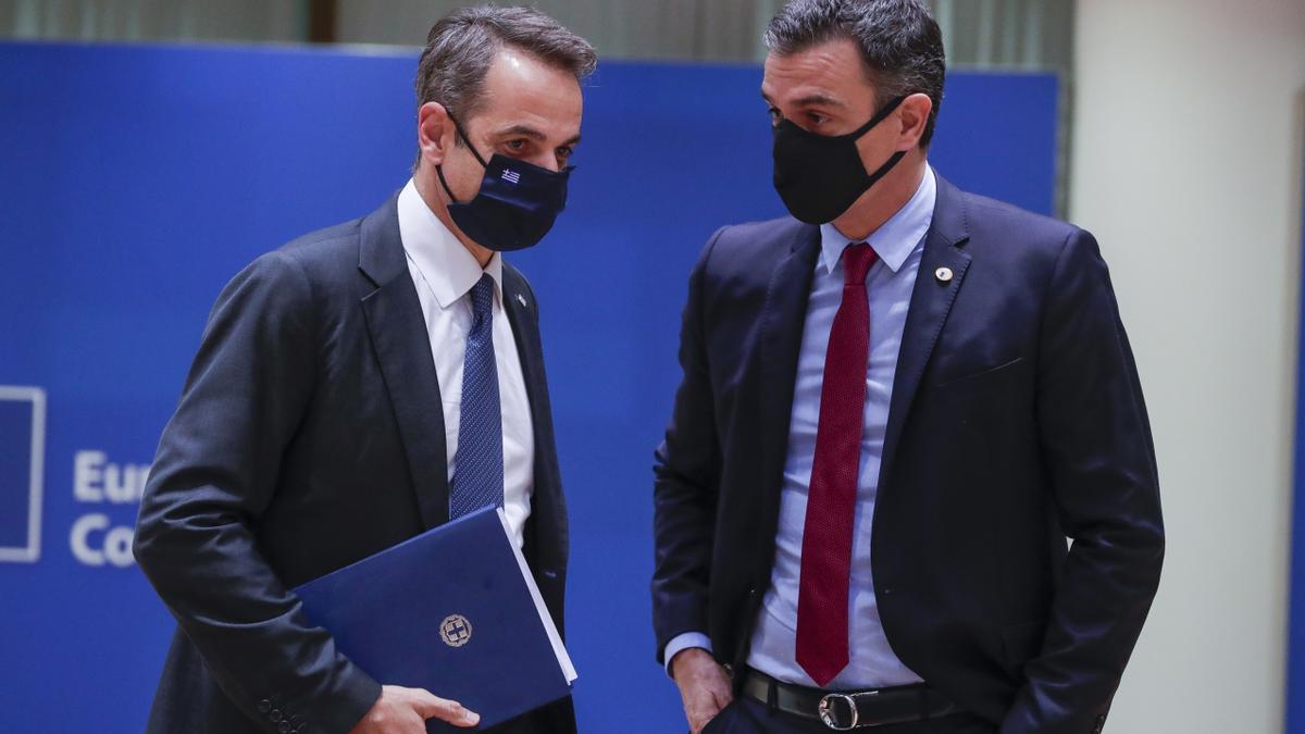El primer ministro de Grecia Kyriakos Mitsotakis (izda) y el presidente del gobierno de España, Pedro Sanchez (dcha). EFE/EPA/STEPHANIE LECOCQ / POOL/Archivo