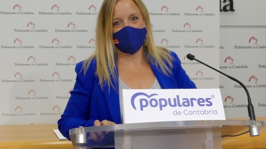 La diputada del PP Isabel Urrutia en rueda de prensa en el Parlamento