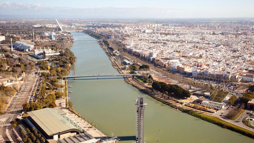 Vista de la dársena y parte del casco histórico de la ciudad desde la Torre Sevilla (Foto: Luis Serrano).