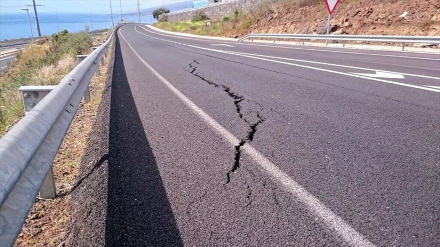 Tenerife Vial informó de esta grieta en la vía anexa a la TF-1 para acceder a Radazul en abril de 2015