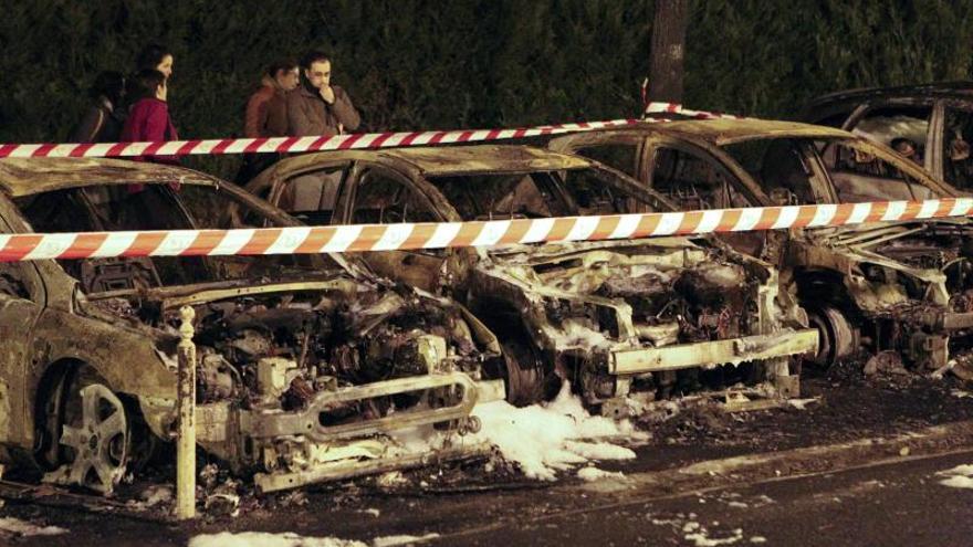 Tres coches y cinco contenedores calcinados en un fuego provocado en Lasarte