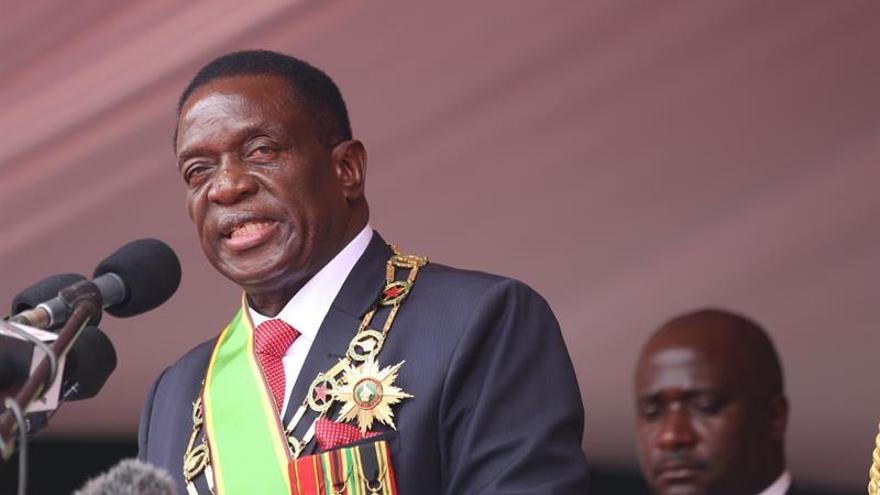 Mnangagwa recompensa a sus leales y militares en el primer Gabinete posMugabe
