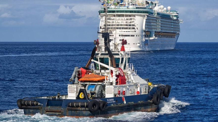 Un barco tipo crucero en la bahía de Santa Cruz de Tenerife