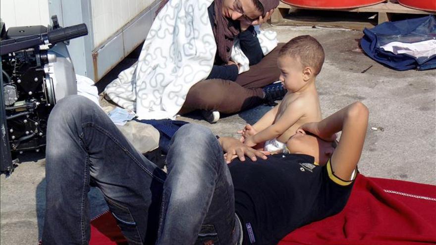 Algunos de los pasajeros de la embarcación que ha naufragado este domingo en las costas de la isla griega de Lesbos. / Efe.