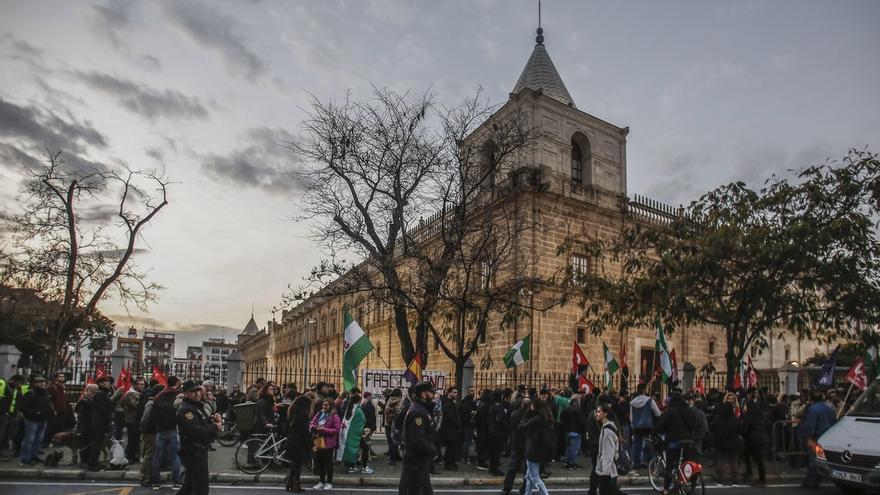 """El SAT pide """"no quedarnos callados y sumisos"""" frente """"al fascismo"""" en una concentración frente al Parlamento"""