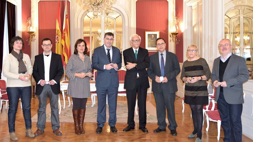 El síndic de Comptes, Rafael Vicent Queralt, entrega el informe de la Generalitat de 2014 a las Corts
