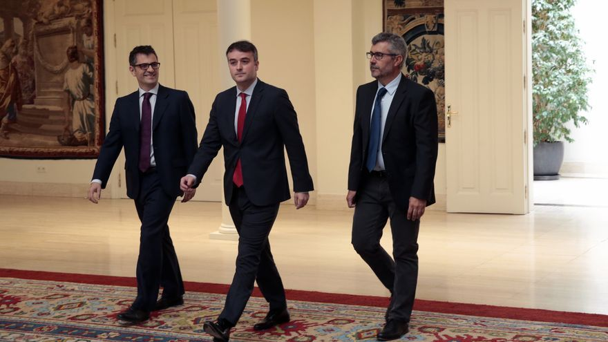 Félix Bolaños, Iván Redondo y Miguel Ángel Oliver, a su llegada al acto de toma de posesión.