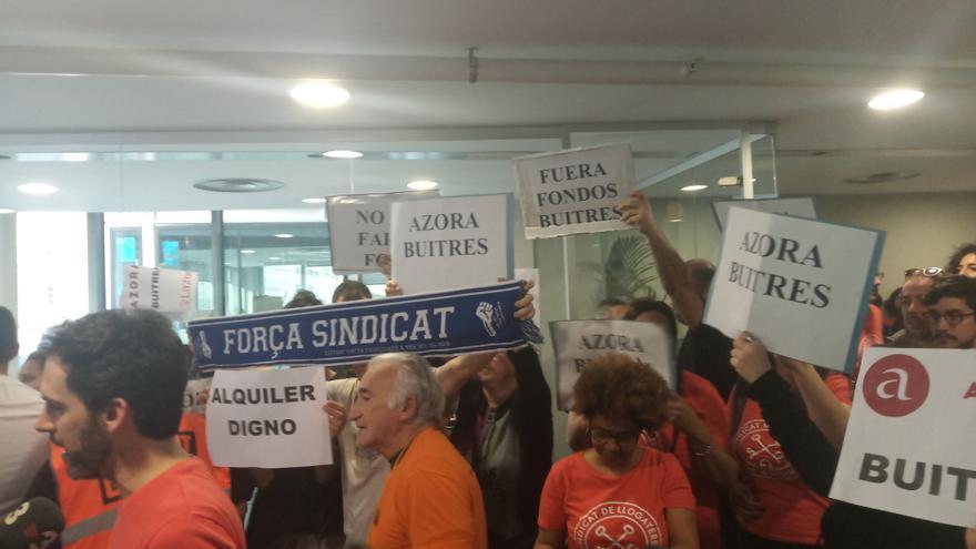 Activistas antidesahucios, durante la movilización de este lunes en Barcelona.