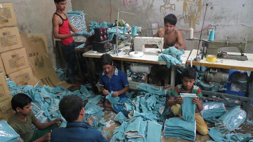 Taller de Dhaka donde trabaja Nazmul y otros chicos confeccionando guantes industriales