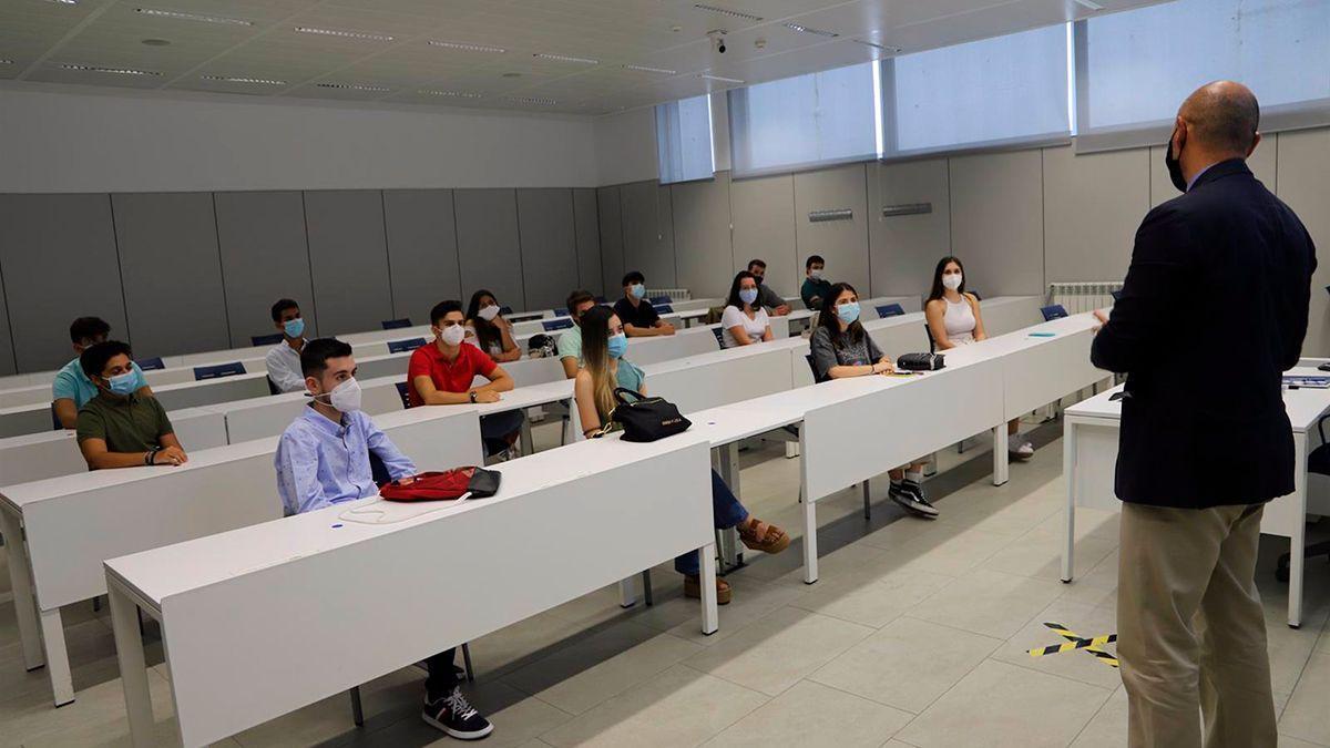 Una clase presencial en la Universiad Loyola.