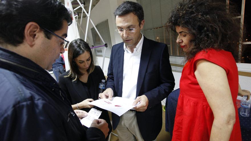 El nuevo secretario general en Tenerife, junto a Manuel González (centro) y Gloria Gutiérrez