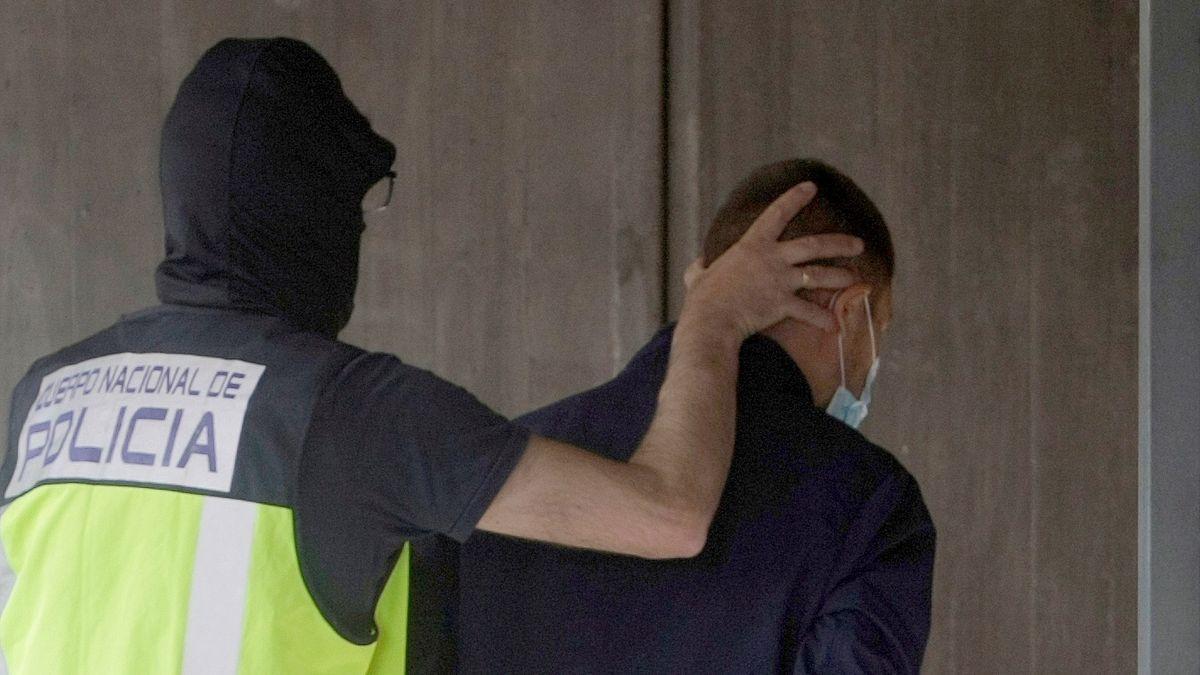 Un agente conduce a dependencias policiales a uno de los detenidos por el crimen de Samuel.