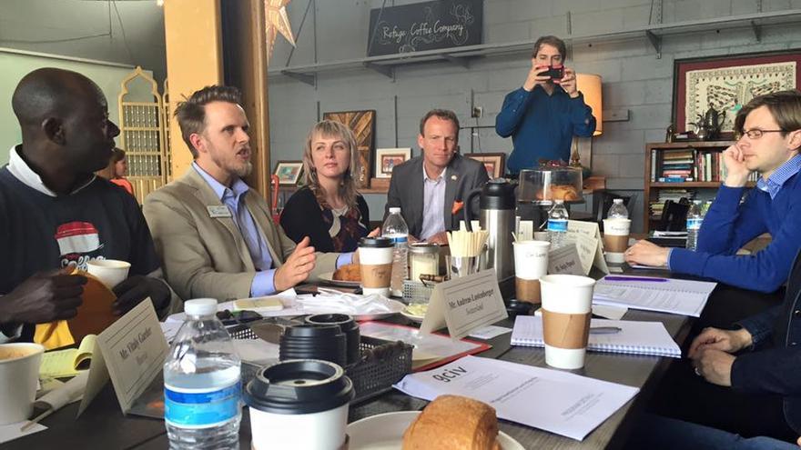 El alcalde en la cafetería 'Café de refugiados', fundado por la escritora freelance Kitti Murray