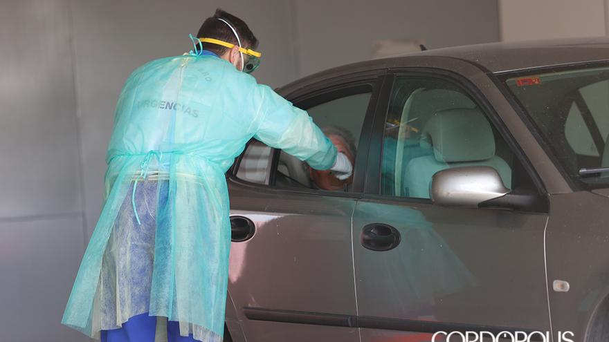 Un sanitario hace uno de los tests desde el coche | ÁLEX GALLEGOS