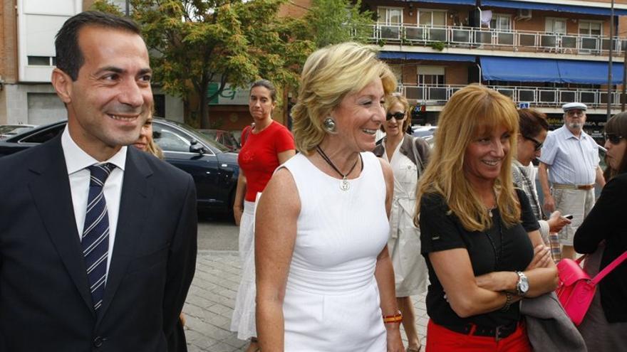 Salvador Victoria, consejero de Presidencia de la Comunidad de Madrid; Esperanza Aguirre, candidata del PP a la alcaldía de Madrid; e Isabel Gallego, directora de Medios de la Comunidad de Madrid y jefa de campaña de Aguirre, en septiembre de 2012. / madrid.org