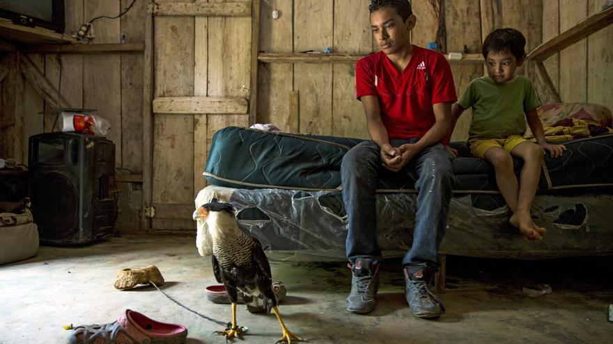 Alexis perdió su pierna derecha al caerse de un tren de carga en marcha cuando intentaba cruzar la frontera desde México a Estados Unidos, con 15 años. En la imagen, él y su hemrano sentados en la cama de su casa en Omoa, Honduras. | FOTO: Unicef