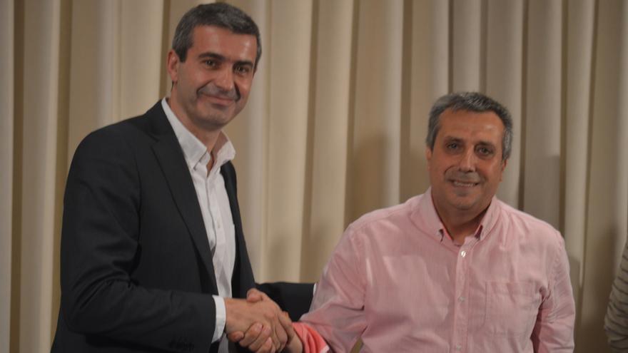 Alvaro Gutiérrez (izq.), presidente de la Diputación de Toledo (PSOE) y Antonio López (der.), diputado provincial de Cs, sellan su acuerdo / Foto: Javier Robla