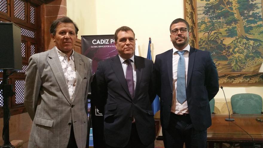 José Luis Blanco (i), Bernardino Copano y Airam Díaz, este lunes en la Casa Salazar. Foto: LUZ RODRÍGUEZ.
