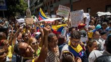La Policía venezolana impide marcha de trabajadores de la salud a la sede del Gobierno