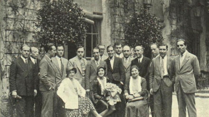 Sentada y a la izquierda, María Luz Morales, una de las primeras mujeres que hizo periodismo cinematográfico en España, junto a otros reporteros que reciben a la actriz Rosita Moreno (en el centro, con flores) en septiembre de 1931 (Imagen: 'Arte y Cinematografía' | Cedida por Begoña Soto-Vázquez)