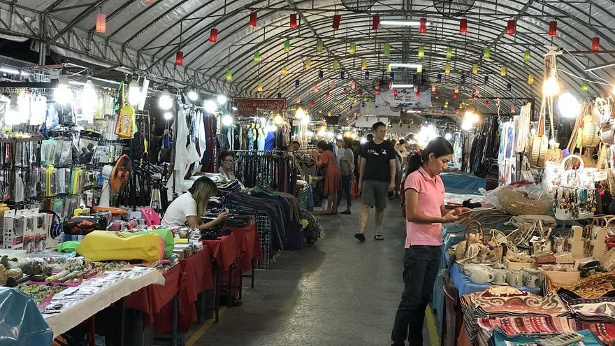 Comprando en el Bazar nocturno, uno de los mercados 'a deshoras' de la ciudad de Chiang Mai. Kahunapule Michael Johnson