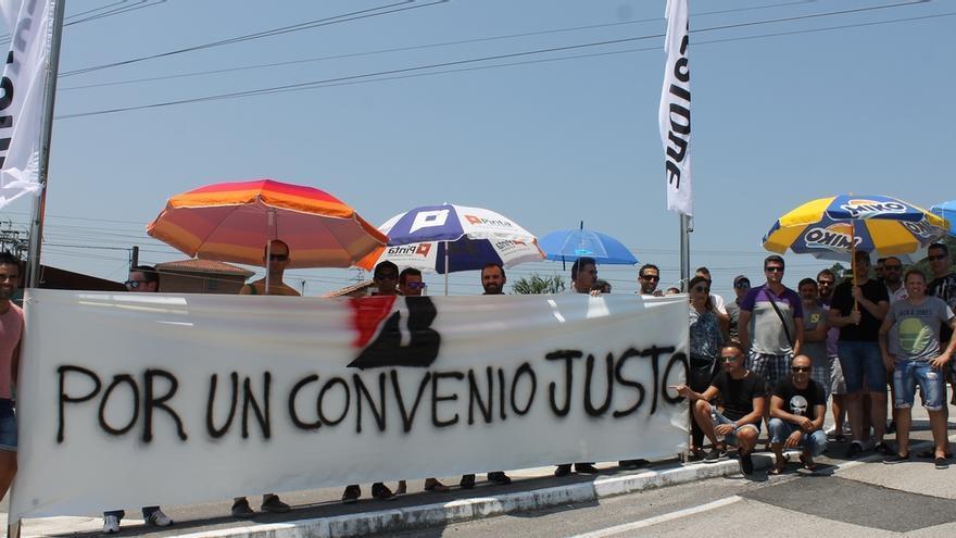 """Trabajadores de Bridgestone se concentran en protesta por el """"bloqueo"""" de las negociaciones del convenio colectivo"""
