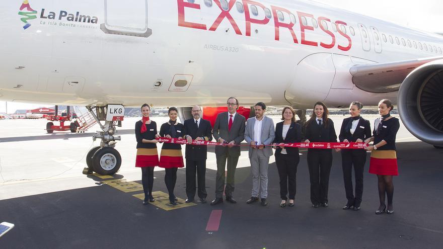 En la imagen, ceremonia de bautizo del avión que lleva el nombre de La Palma.